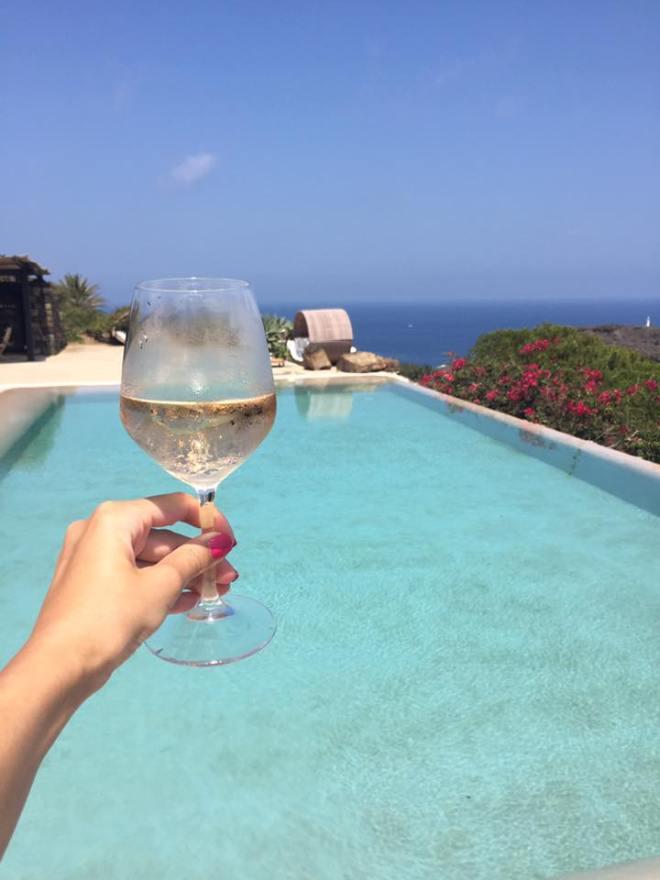 De Ce Beau Femeile Un Pahar de Vin alb la piscina