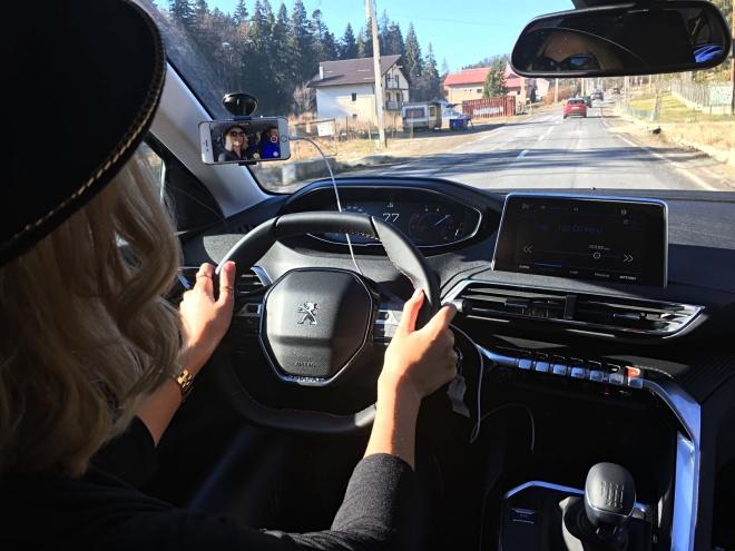 Gabriela Simion Conduce primul SUV Peugeot 3008