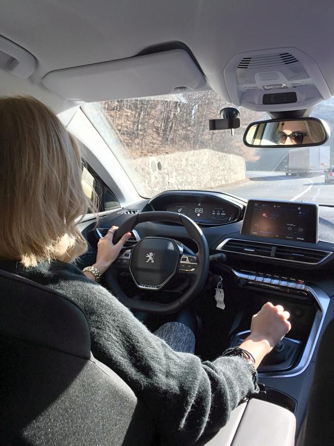 Gabriela Simion Conduce un SUV PEUGEOT 3008