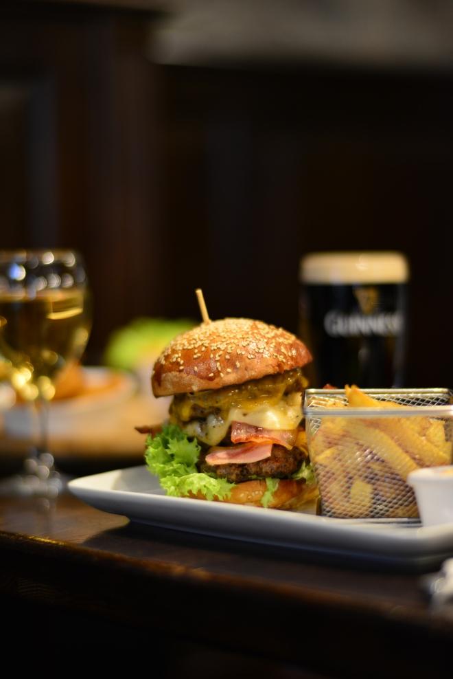 Burger Gustos, Gabriela Simion, Food Review la St. Patrick Pub Bucuresti