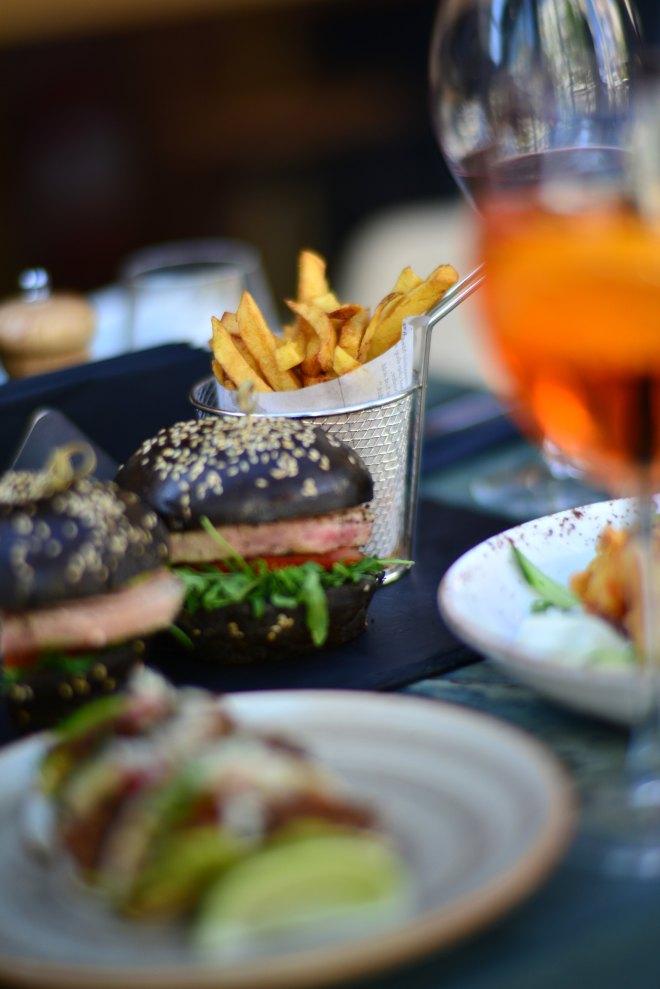 Burger NUBA Cafe, Dorobanti Beller, Gabriela Simion.JPG