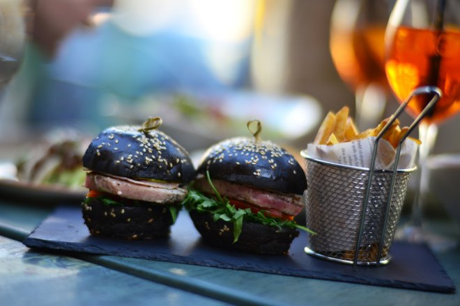 Burgeri Negri NUBA Cafe, Dorobanti Beller, Gabriela Simion.JPG